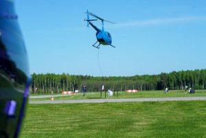 Après le signal de départ, l'hélicoptère doit rapidement monter à 10 mètres et le copilote doit à deux endroits précis laisser tomber une bouée sur un diamètre de la dimension d'une pièce de 2 $.