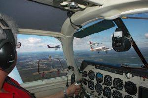 Sur cette photo d'archives de Jean-Pierre Bonin, on peut voir les appareils des Cab Boys, des pilotes du Club aéronautique de Beauce, en formation serrée.